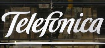 Logo da Telefónica em Madrid. O grupo de telecomunicações espanhol Telefónica anunciou nesta sexta-feira uma queda de 9 por cento no lucro líquido acumulado nos nove meses do ano, atingido por um fraco mercado doméstico e pela desvalorização das moedas latino-americanas, embora tenha ficado levemente acima das expectativas de analistas. 03/12/2012. REUTERS/Andrea Comas
