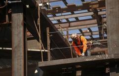Funcionário da construção trabalha em projeto de um edifício residencial em São Francisco, Estados Unidos. A criação de empregos nos Estados Unidos acelerou inesperadamente em outubro apesar da paralisação temporária do governo, sugerindo que o impasse orçamentário teve impacto mais limitado na economia do que se temia inicialmente. 08/03/2013. REUTERS/Robert Galbraith