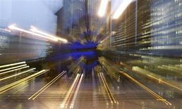 Avec sa baisse surprise de taux jeud, la Banque centrale européenne (BCE) a cherché à faire baisser l'euro jugé surévalué par rapport à la situation économique du bloc monétaire mais aussi préparer les investisseurs à de possibles futures mauvaises nouvelles, selon des gérants interrogés par Reuters. /Photo prise le 5 novembre 2013/REUTERS/Kai Pfaffenbach
