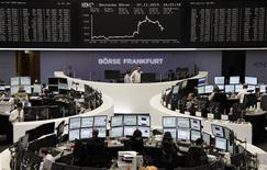 Un grupo de operadores en sus puestos de trabajo en la bolsa de Fráncfort, Alemania, nov 7 2013. Las acciones europeas cerraron en baja el viernes, arrastradas por la caída de la bolsa francesa ante una rebaja de la nota crediticia de Francia, aunque muchos inversores sintieron crecientes señales de que una recuperación de la economía mundial podría respaldar al mercado en el largo plazo. REUTERS/Remote/Stringer