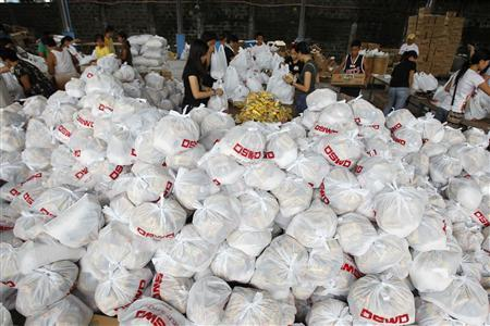 Volunteers pack relief goods inside a Department of Social Welfare and Development warehouse before shipping out to the devastated provinces hit by Typhoon Haiyan, in Manila November 8, 2013. REUTERS/Romeo Ranoco