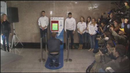 11月8日、ソチ五輪開催を控えるロシアで、スクワットを30回やるとモスクワの地下鉄が無料で乗車できるというキャンペーンが始まり、駅に測定器が設置された。写真はロイターテレビの映像から(2013年 ロイター)