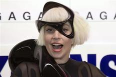 """Lady Gaga participa do evento """"ArtRave"""" para divulgar seu novo álbum """"Artpop"""", em Nova York, 10 de novembro de 2013. Na véspera de lançar seu quarto álbum de estúdio, a diva pop Lady Gaga fez jus à fama de fazer coisas grandiosas, ao envergar no domingo o que descreveu como o primeiro vestido voador do mundo. 10/11/2013 REUTERS/Andrew Kelly"""