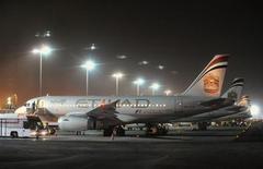 Aviões da companhia aérea Etihad Airways estacionados no aeroporto internacional de Abu Dhabi. A Etihad Airways, de Abu Dhabi, está negociando a compra de jatos da Airbus, mesmo enquanto dá os toques finais em um acordo com a rival Boeing, disseram pessoas próximas ao assunto. 19/09/2012. REUTERS/Ben Job