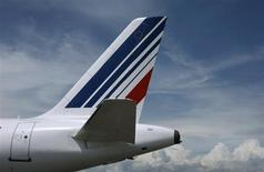 Air France-KLM qui, selon le Figaro, va refuser de participer à l'augmentation de capital d'Alitalia, à suivre mardi à la Bourse de Paris. /Photo d'archives/REUTERS/Eric Gaillard