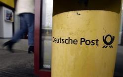Deutsche Post affiche une hausse plus marquée que prévu de son bénéfice d'exploitation au troisième trimestre. La bonne tenue des divisions courrier et colis de l'opérateur postal allemand a permis d'effacer l'impact d'effets de change négatifs. /Photo d'archives/REUTERS/Alex Grimm