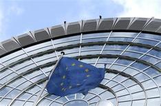 Флаг ЕС у здания Европарламента в Брюсселе 12 октября 2012 года. Расходы Евросоюза составят 135,5 миллиарда евро в 2014 году в рамках соглашения, достигнутого во вторник, которое включает в себя дополнительные средства на борьбу с растущей безработицей среди молодежи в блоке. REUTERS/Francois Lenoir