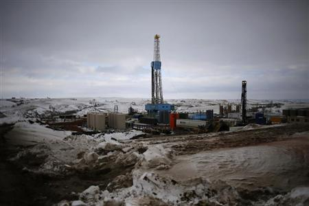 An oil derrick is seen at a fracking site for extracting oil outside of Williston, North Dakota March 11, 2013. REUTERS/Shannon Stapleton