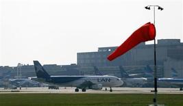 Uma aeronave da LAN se aproxima do terminal no aeroporto metropolitano Aeroparque, em Buenos Aires, em 21 de agosto de 2013. A Latam Airlines, maior grupo de transporte aéreo de passageiros da América Latina, iniciará o esperado aumento de capital de 1 bilhão de dólares no dia 20, com um desconto de 7,5 por cento para os atuais acionistas, informou a empresa. REUTERS/Marcos Brindicci