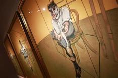"""Триптих Фрэнсиса Бэкона """"Три наброска к портрету Люсьена Фрейда"""" во время пресс-показа аукционным домом Christie's в Нью-Йорке 31 октября 2013 года. Триптих Фрэнсиса Бэкона """"Три наброска к портрету Люсьена Фрейда"""" ушел с торгов Christie's за $142,4 миллиона, став самым дорогим произведением искусства, когда-либо проданным на аукционе. REUTERS/Shannon Stapleton"""