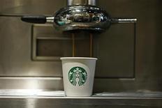 Starbucks, à suivre mercredi sur les marchés américains. La chaîne de cafés devra verser 2,76 milliards de dollars de dommages à Kraft Foods pour avoir rompu leur partenariat trois ans avant la fin de l'expiration de leur accord. /Photo d'archives/REUTERS/Stefan Wermuth