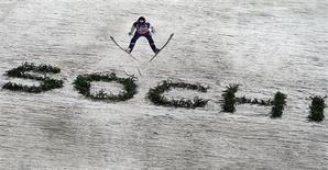 Андерс Фаннемел из Норвегии взмывает в воздух в ходе соревнований мужчин на Кубок мира по прыжкам с трамплина в местечке Красная Поляна под Сочи 8 декабря 2012 года. Норвегия, чьи спортсмены завоевали больше всего медалей на зимних Олимпиадах, подала заявку на зимние Игры 2022 года, надеясь потратить на их организацию существенно меньше, чем Россия. REUTERS/Michael Dalder
