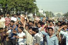 Trabalhadores do seor têxtil participam de protesto por melhores salários em Gazipur, Bangladesh. Protestos violentos fecharam cerca de 250 fábricas de vestuário em Bangladesh, perto da capital Daca, nesta quarta-feira, quando milhares de trabalhadores protestaram exigindo salários mais altos nas empresas que fornecem roupas baratas para varejistas como Wal-Mart. 13/11/2013. REUTERS/Stringer