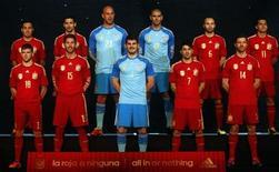 Seleção da Espanha mostra o uniforme da equipe para Copa do Mundo de 2014, em Madri. A Espanha tem o que precisa para conquistar o título da Copa do Mundo de 2014 no Brasil, disseram quatro dos principais jogadores da equipe nesta quarta-feira. 13/11/2013. REUTERS/Sergio Perez