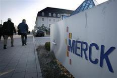 Le groupe allemand Merck KGaA, premier fabricant mondial de cristaux liquides entrant dans la fabrication d'écrans, a relevé ses prévisions de résultats pour 2013 à la faveur de réductions de coûts. /Photo d'archives/REUTERS/Alex Grimm