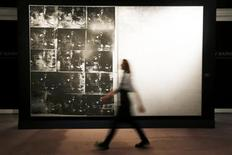 """""""Silver Car Crash (Doubled Disaster)"""", un tableau d'Andy Warhol de 1963 extrait de la série """"Death and Disaster"""", a été adjugé mercredi pour la somme de 105 millions de dollars (78 millions d'euros), frais compris, lors d'une vente aux enchères organisée par Sotheby's, pulvérisant le précédent record d'un Warhol (71,7 millions de dollars). /Photo d'archives/REUTERS/Stefan Wermuth"""