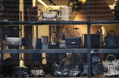 Burberry a sans surprise publié jeudi des résultats à peu près stables pour les six mois au 30 septembre, mais avec un chiffre d'affaires qui a dépassé le cap du milliard de livres pour la première fois dans l'histoire du groupe de luxe. /Photo d'archives/REUTERS/Jason Lee