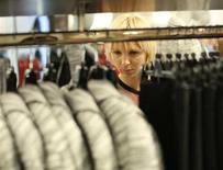 Contre toute attente, les ventes au détail ont reculé en octobre au Royaume-Uni (-0,7%), affectées par un temps clément qui a retardé les achats de vêtements d'hiver, selon l'Office national de la statistique (ONS). /Photo prise le 14 novembre 2013/REUTERS/Olivia Harris