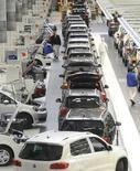 Автомобили Volkswagen Tiguan на заводе компании в Вольфсбурге 7 марта 2012 года. Немецкий автопроизводитель Volkswagen объявил об отзыве порядка 800.000 моделей компактного кроссовера Tiguan по всему миру из-за риска возникновения неисправности в фарах. REUTERS/Fabian Bimmer