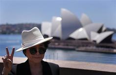 """Artista Yoko Ono posa para foto com a Opera House ao fundo durante a abertura de sua exposição individual em Sydney. Na nova exposição de Yoko Ono, """"A Guerra Acabou (se você quiser)"""", na Austrália, a escritora, artista e ativista da paz espera unir as pessoas para sonhar e trabalhar em direção a um futuro melhor através da arte. 14/11/2013. REUTERS/David Gray"""