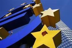Символ валюты евро у здания ЕЦБ во Франкфурте-на-Майне 1 августа 2013 года. Экономика еврозоны практически стагнировала в третьем квартале 2013 года, при этом экономика Франции сократилась после признаков восстановления в предыдущем квартале, а рост ВВП Германии замедлился. REUTERS/Ralph Orlowski