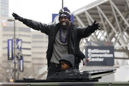 Baltimore Ravens safety Ed Reed waves to the crowd gathered on the team's parade route in Baltimore, Maryland February 5, 2013. REUTERS/Richard Clement