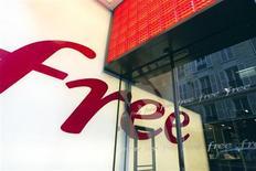 Free, filiale d'Iliad, a recruté 640.000 nouveaux abonnés mobiles au troisième trimestre, portant à 7,4 millions le nombre total de ses clients, soit une part de marché de plus de 11%. /Photo d'archives/REUTERS/Charles Platiau