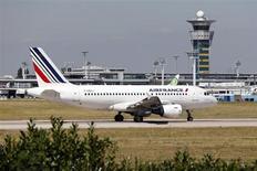 ADP, l'exploitant des aéroports de Roissy et d'Orly, vise désormais une progression de 4,5% à 5,0% de son chiffre d'affaires annuel et une hausse de 1,5% à 2,5% de son excédent brut d'exploitation (Ebitda), alors qu'il n'avait jusqu'à présent anticipé qu'une légère croissance dans les deux cas. /Photo d'archives/REUTERS/Charles Platiau