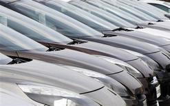 Les commandes de voitures neuves en France ont rebondi en octobre (+3,5% par rapport à la période correspondante de 2012), selon la publication spécialisée La Lettre Auto K7, une évolution confirmant l'embellie qui se profile à la fin de l'année grâce aux nouveautés lancées. /Photo d'archives/REUTERS/Régis Duvignau