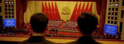 Охранники наблюдают за ходом 18-го Съезда Коммунистической партии Китая в Пекине 14 ноября 2012 года. Компартия Китая пообещала ускорить процесс конвертируемости счета капитальных операции и реформу процентных ставок в документе по итогам закрытого заседания ЦК, состоявшегося в начале этой недели. REUTERS/Carlos Barria