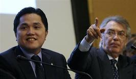 Inter Milan's new chairman Erick Thohir (L) smiles beside honorary chairman Massimo Moratti during a news conference in Milan November 15, 2013. Inter Milan said on Friday Indonesian business tycoon Thohir had been appointed as new chairman of the Serie A club, bringing an end to the reign of former owner Moratti. REUTERS/Alessandro Garofalo