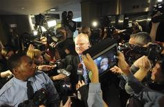 Toronto Mayor Rob Ford (C) is surrounded by the media as he returns to a city council meeting after a lunch break in Toronto November 15, 2013. REUTERS/Jon Blacker
