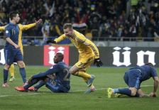 Ukraine's Andriy Yarmolenko (2nd R) celebrates a goal scored by his team mate Roman Zozulya (not pictured) during their 2014 World Cup qualifying first leg playoff soccer match against France at the Olympic stadium in Kiev November 15, 2013. REUTERS/Konstantin Chernichkin