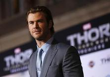 """FOTO DE ARCHIVO: El miembro del elenco Chris Hemsworth posa en el estreno de """"Thor: The Dark World"""" en el cine El Capitán en Hollywood, California. 4 de noviembre, 2013. La secuela """"Thor: The Dark World"""" se impuso en la taquilla de Estados Unidos y Canadá por segunda semana, recaudando 38,4 millones de dólares para derrotar a la comedia romántica """"The Best Man Holiday"""", según estimaciones de los estudios divulgadas el domingo. REUTERS/Mario Anzuoni (ESTADOS UNIDOS - ENTRETENIMIENTO)"""