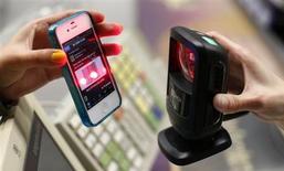 Женщина пользуется приложением для iPhone в немецком супермаркете Edeka в Берлине 29 мая 2013 года. В следующий раз, когда пойдете за покупками, задумайтесь: даже если вы и не пользовались своим мобильным телефоном, им, а вернее, исходящим от него сигналом, зачем-то пользовался магазин, в который вы пришли; сканер лица определяет ваш пол и возраст, а специальный сенсор улавливает тепло, исходящее от вашего тела, и по этим данным ритейлер составляет схему торгового зала, определяя наиболее популярные точки. REUTERS/Fabrizio Bensch