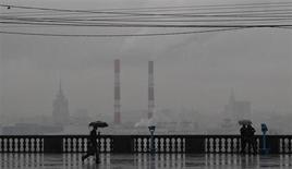 Люди на смотровой площадке дождливым днем в Москве 7 ноября 2013 года. Рабочая неделя в Москве будет прохладной, ожидают синоптики. REUTERS/Maxim Shemetov