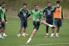 Mexico's Miguel Layun is watched by his team mates as he kicks a ball at a training session for their 2014 World Cup qualifying playoff second leg soccer match against New Zealand in Wellington November 17, 2013. REUTERS/Anthony Phelps