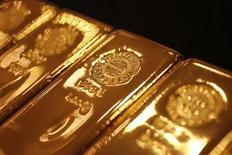 Слитки золота в магазине Ginza Tanaka в Токио 17 сентября 2010 года. Цены на золото снижаются в связи со слабым спросом на физическом рынке и спадом на других сырьевых рынках. REUTERS/Yuriko Nakao