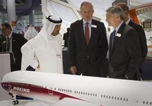 Les dirigeants de Boeing au salon aéronautique de Dubai. L'avionneur américain et son concurrent européen Airbus ont annoncé lundi pour cinq milliards de dollars (3,7 milliards d'euros) de contrats d'approvisionnement en composants et en matières premières auprès de groupes basés à Abou Dhabi, témoignant de la volonté des Etats du Golfe de profiter des retombées des commandes colossales passées par leurs compagnies aériennes. /Photo prise le 18 novembre 2013/REUTERS/Caren Firouz