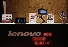 Tablets e celulares da Lenovo são exibidos durante uma coletiva de imprensa sobre os resultados anuais da companhia em Hong Kong. A Lenovo anunciou nesta segunda-feira que investirá cerca de 100 milhões de dólares em um centro de pesquisa e desenvolvimento de softwares na Unicamp, em Campinas, segundo comunicado da empresa. 23/05/2013 REUTERS/Bobby Yip