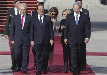French President Francois Hollande (C) and his companion Valerie Trierweiler (3rd L) are welcomed by Israel's President Shimon Peres (L), Prime Minister Benjamin Netanyahu (R) and his wife Sara (2nd R) as they arrive at Ben Gurion airport near Tel Aviv November 17, 2013. REUTERS/Philippe Wojazer