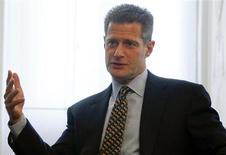 Co-presidente de private bank do Credit Suisse, Robert Shafir, gesticula durante entrevista com a Reuters em Zurique, na Suíça. O Credit Suisse planeja se apoiar mais em sua divisão de private banking, mirando uma fatia maior dos lucrativos clientes ultra-ricos, à medida que uma regulamentação mais dura e mercados voláteis reduzem os retornos sobre atividades de banco de investimento. 12/11/2013. REUTERS/Arnd Wiegmann