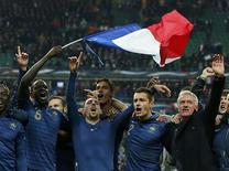 France's soccer team coach Didier Deschamps (R) and team mates celebrate after winning their 2014 World Cup qualifying second leg playoff soccer match against Ukraine at the Stade de France in Saint-Denis near Paris November 19, 2013. REUTERS/Benoit Tessier
