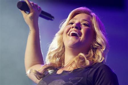 Singer Kelly Clarkson performs at the annual shareholders meeting for Walmart in Fayetteville, Arkansas June 7, 2013. REUTERS/Rick Wilking