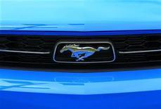 Выставленный на продажу Ford Mustang в Карлсбаде, Калифорния 30 марта 2010 года. Ford Motor Co представит 5 декабря Mustang нового поколения, решившись полностью обновить автомобиль впервые с 2005 года, сообщил автопроизводитель. REUTERS/Mike Blake