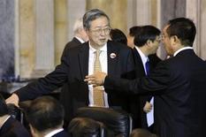 El gobernador del Banco Central de China, Zhou Xiaochuan (C), arriba a una conferenca económica en Washington, el 10 de julio de 2013. REUTERS/Jonathan Ernst