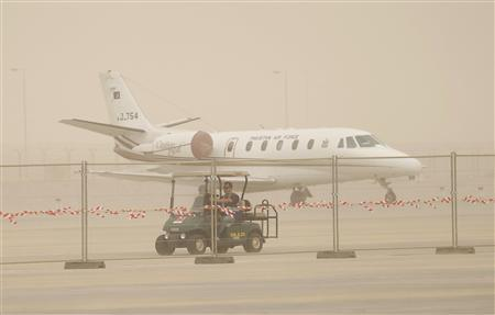 An aircraft is pictured during a sandstorm at the Dubai Airshow November 17, 2013. REUTERS/Ahmed Jadallah