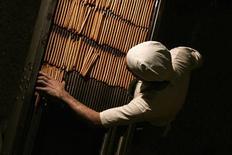 Un trabajador en una fábrica de palitos de pan en Buenos Aires, sep 15 2011. La actividad industrial de Argentina habría crecido un 0,3 por ciento interanual en octubre, una leve recuperación ante la baja del mes previo, impulsada por la producción de cemento y pese a una caída en la producción de autos, mostró el miércoles un sondeo de Reuters. REUTERS/Martin Acosta