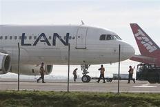 FOTO DE ARCHIVO: Aviones de la aerolínea brasileña TAM y la chilena LAN están detenidos en el Aeropuerto Internacional de Santiago. 22 de junio, 2012. LATAM Airlines, el mayor grupo de transporte aéreo de pasajeros de América Latina, fijó en 15,17 dólares el precio por título para los accionistas que suscriban sus opciones preferentes en un aumento de capital que lleva adelante la empresa. REUTERS/Carlos Vera (CHILE - TRANSPORTE NEGOCIOS)