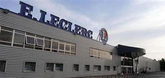 """L'Etat français a décidé d'assigner l'enseigne de grande distribution E. Leclerc devant le tribunal de commerce de Paris en raison d'un """"déséquilibre significatif"""" dans les relations commerciales avec ses fournisseurs. /Photo prise le 10 juillet 2013/REUTERS/Régis Duvignau"""